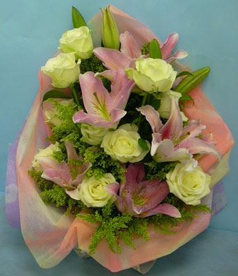11 adet gül ve 2 adet kazablanka buketi  Bursadaki çiçekçiler