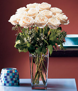 Bursadaki çiçekçiler  Cam yada mika vazo içerisinde 12 gül