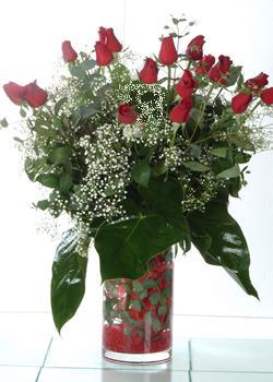 Bursaya çiçek siparişi vermek  11 adet kirmizi gül ve cam yada mika vazo tanzim