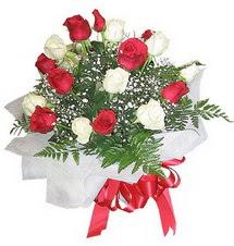 Bursa çiçek gönderimi  12 adet kirmizi ve beyaz güller buket