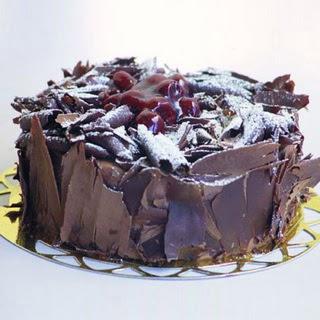 pasta yolla 4 ile 6 kisilik visneli çikolatali yas pasta  Bursa çiçekçisi hediye çiçek yolla