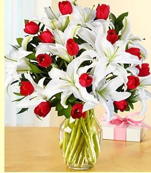 Bursa çiçekçisi hediye çiçek yolla  3 kazablanka 10 kırmızı gül vazosu