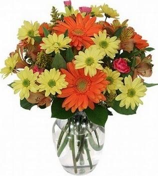 Bursadaki çiçekçiler  vazo içerisinde karışık mevsim çiçekleri