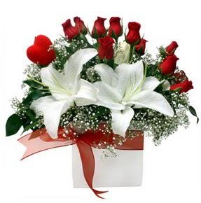 Bursaya çiçek siparişi  1 dal kazablanka 11 adet kırmızı gül vazosu