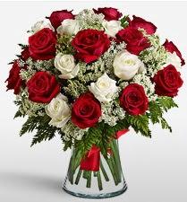 Vazoda 12 kırmızı 12 beyaz gül tanzimi  Bursa çiçek yollama çiçek satışı