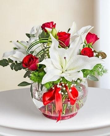 Fanus Vazoda 2 Lilyum ve 5 Gül Dansı  online bursa çiçek siparişi