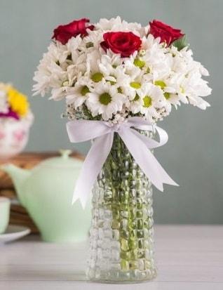 Papatya Ve Güllerin Uyumu camda  Bursa cicekci bursaya çiçek yolla